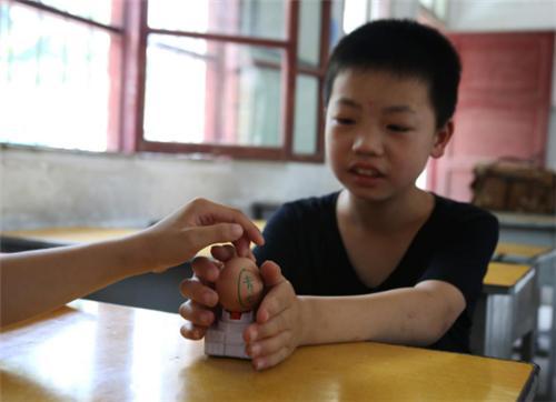 安庆师大学生志愿者用23颗鸡蛋教会小学生感恩