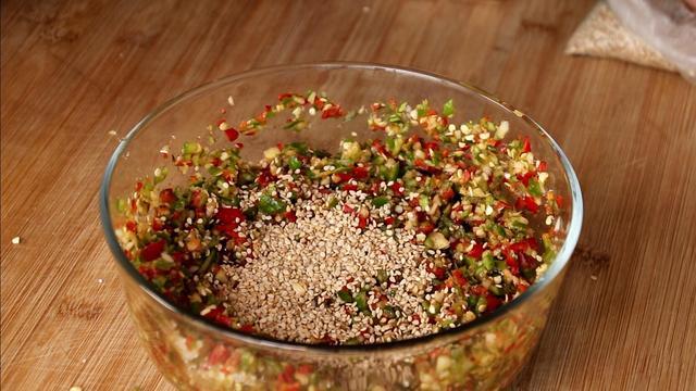 辣椒酱不要再买着吃了,掌握这个做法,配馒头米饭非常过瘾