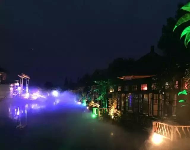 到了晚上,灯光打起,也是惊喜的 吃饭喝茶的亭子就在湖边,节假日图片