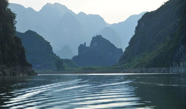 广西百色北部一个县,特产白毫茶,拥有纳灵洞旅游区