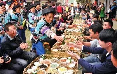 《奔跑吧》美食中觉得的云南百虫宴,你出现辣节目趣活送图片