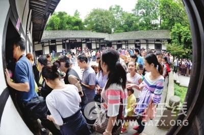 """""""十一""""黄金周游客潮涌广安 土特产受青睐"""