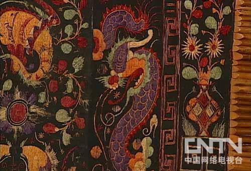 黎锦制作精巧,色彩鲜艳,富有夸张和浪漫色彩,图案花纹精美,配色调和