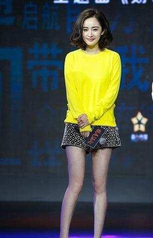 杨幂黄色照_同样是身穿黄色毛衣秀美腿,杨幂和陈乔恩的差别还挺大