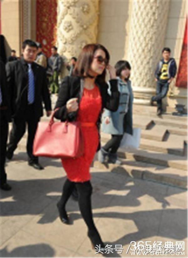 李湘出入机场全身名牌 像富得流油的中东富豪 各色铂金包齐全!