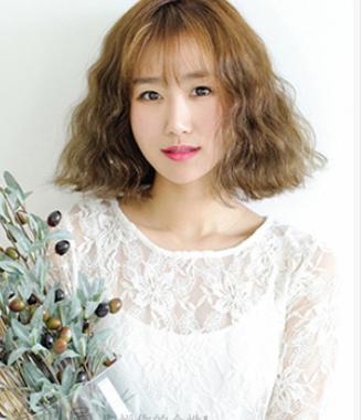 短发烫发发型女 棕色系平刘海短发烫发发型显有气质图片