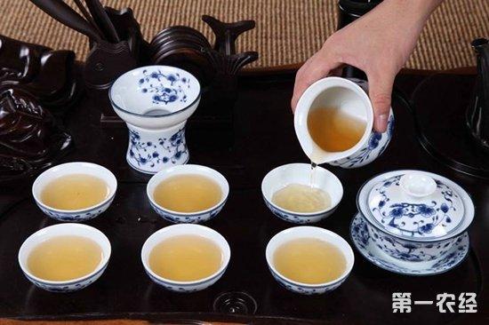 茶,中国人日常必备的饮品,也是款待客人最好用的一种食物,喝茶的讲究有很多,给客人倒茶的礼仪要求务必做到以下几点:    一、茶具清洁   1、当客人进入屋内,先请坐,接着准备好茶。   2、冲茶之前,茶具要洗干净,如果时候存放时间很长的茶具,是会沾上灰尘、污垢,这时候要细心清洗干净。   3、在冲茶、倒茶之前,最好用开水烫一下茶壶和茶杯,这样可以讲究卫生,又能显示礼貌。   4、要注意给杯子垫上杯托,避免水会烫伤手,让客人不能端杯子喝茶。    二、茶水适量   1、茶叶的量适中,不要太多,也不宜太少