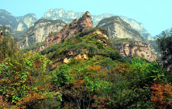 """棋山国家森林公园是山东省级森林公园,位于山东省莱芜市里辛镇,在泰安、淄博、临沂交汇处,距莱芜市中心约25公里。景区规划面积12平方公里,制高点海拔596米,地理位置优越,自古就是通往临沂、胶东半岛的重要关隘。   景区自然风景优美,有""""山中一日,人间百年""""美丽传说的棋山柯烂,是莱芜八大景之一,明朝嘉靖莱芜县志载:""""晋建元间,一樵子采薪,见二人弈,其一人授之药一丸,随久观其弈,至斧锈烂,及归,无复时人。""""有诗云为证""""流水行云世代殊,石棋山有樵"""