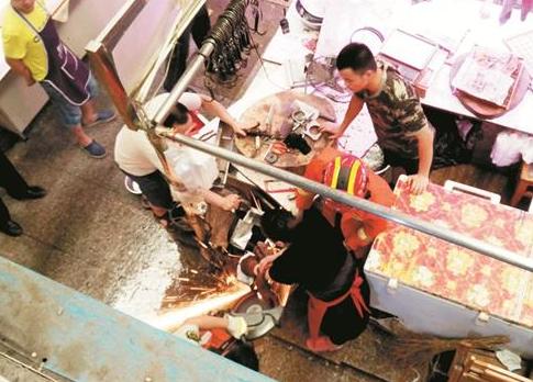 女猪肉贩手被卡在绞肉机中 消防官兵用电锯将其解救
