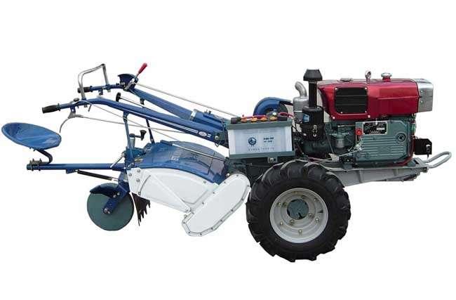 手扶拖拉机是一种小型拖拉机。欧美称作园圃拖拉机。由发动机,底盘、电气等系统组成的主要用于牵引和运输的多用途行走机械。手扶拖拉机能行驶是靠内燃机的动力经传动系统,获得驱动扭矩的驱动轮再通过轮胎花纹和轮胎表面给地面小、向后的水平作用力(切线力),这个反作用力就是推动拖拉机向前行驶的驱动力(也称喂推进力)。结构简单,功率较小,适于小块耕地。由驾驶员扶着扶手架控制操纵机构、牵引或驱动配套农具进行作业。 手扶拖拉机 手扶拖拉机,是流行于中国乡镇的一种运输工具和农业机械,以柴油机为动力,其小巧灵活且动力强劲的特点使其
