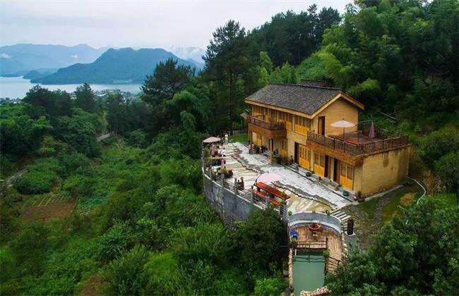 那么可以在离风景区不远的地方成立一个特色民宿.